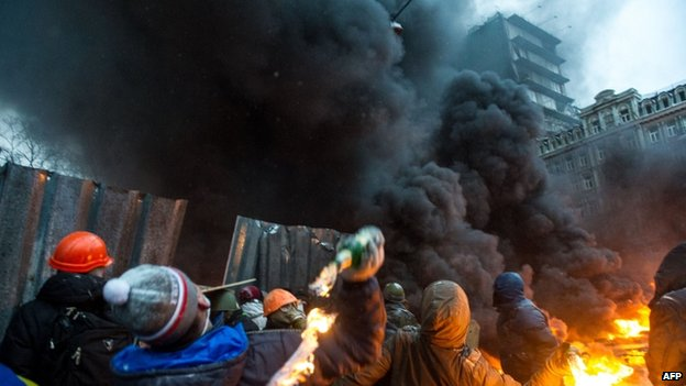 Rioters hurl petrol bombs in Kiev, 22 January