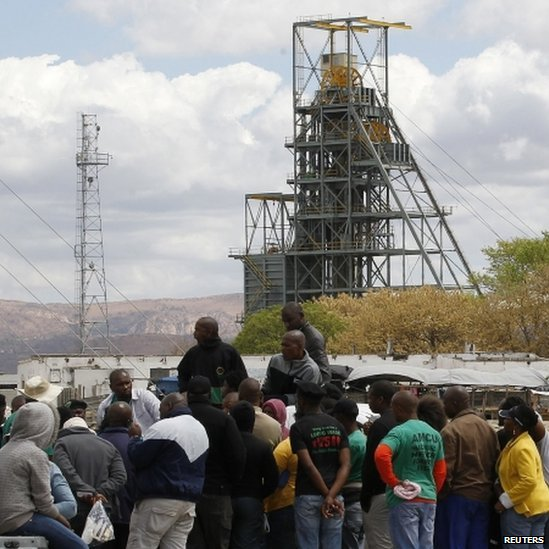 Miners gather near the Anglo American Platinum's Thembelani mine near the mining town of Rustenburg (September 2013)