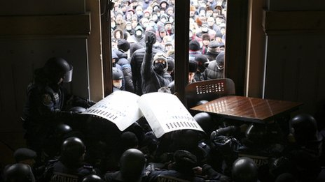Protesters block entrance to regional administration headquarters in Chernivtsi (25 January 2014)