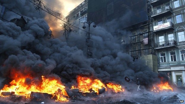 Demonstrators burn tyres in Kiev (25 January 2013)