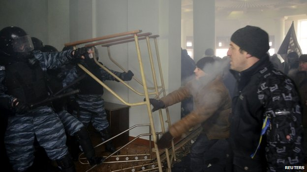 Protesters clash with police in Vinnytsia (25 January 2014)