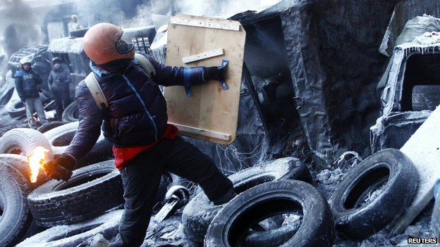 Protester throws petrol bomb in Kiev (25 January 2014)