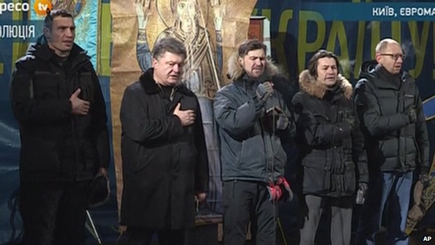 Opposition leaders singing on stage in Kiev's Independence Square (25 Jan 2014)