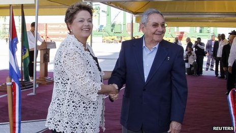 Cuba's President Raul Castro (R) and Brazil's President Dilma Rousseff shake hands on January 27, 2014.