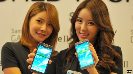 South Korean models pose with Samsung Electronics smartphone Galaxy Note II