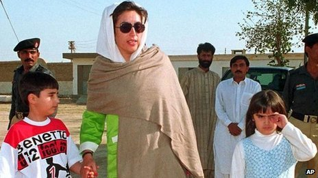 Benazir Bhutto, centre, former prime minister of Pakistan, comes out of Landhi jail with her son Bilawal Bhutto, left, and daughter Asifa Bhutto in 1998