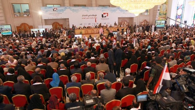 People attend the ceremony marking the conclusion of the National Dialogue Conference in Sanaa (25 January 2014)