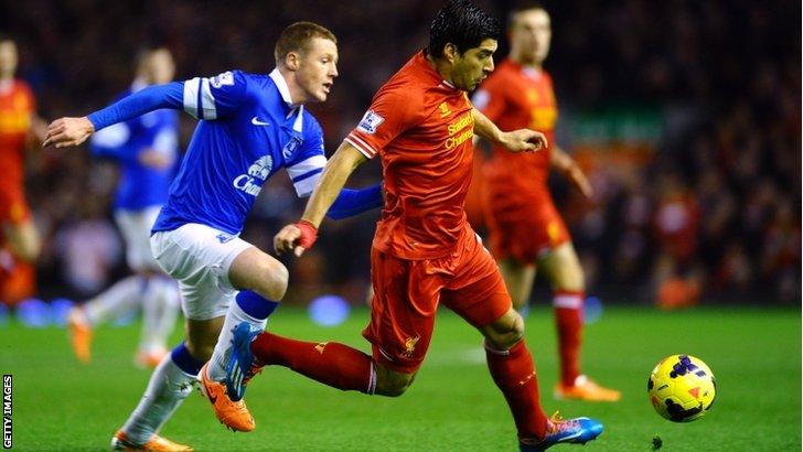 James McCarthy (left) pursues Liverpool's Luis Suarez
