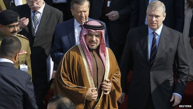 Bahrain's Crown Prince Salman bin Hamad bin Isa Al Khalifa shows the UK's Prince Andrew round the Bahrain International Airshow (16 January 2014)