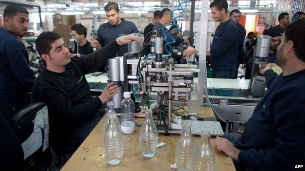 Palestinians working at SodaStream's factory in Maale Adumim (30 January 2014)