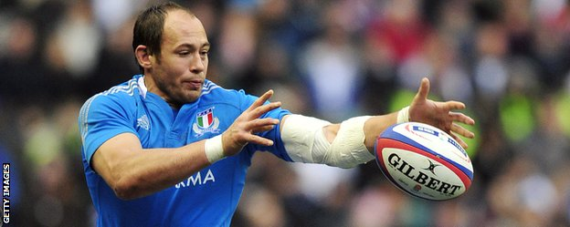 Italy captain Sergio Parisse wins a line-out