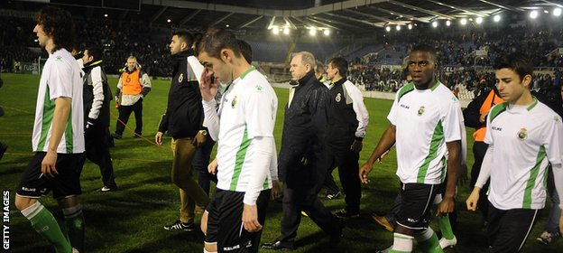 The Santander players leave the pitche after the game is abandoned