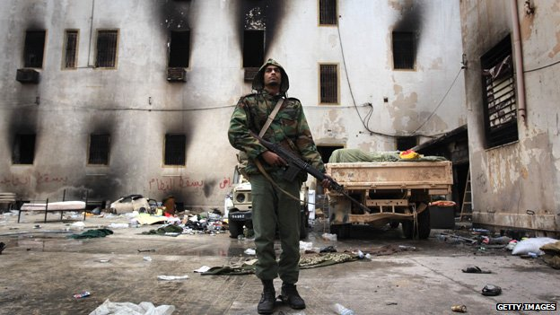 Opposition fighter guards a building in Benghazi (24 Feb 2011)