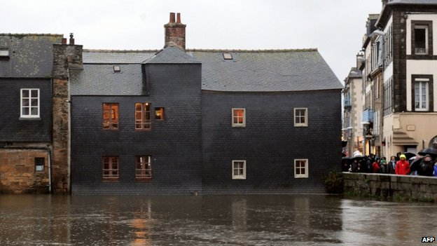 Houses in Landerneau, western France, are flooded by the Elorn river on 31 January 2014,