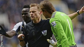 Tim Krul and Chieck Tiote protest