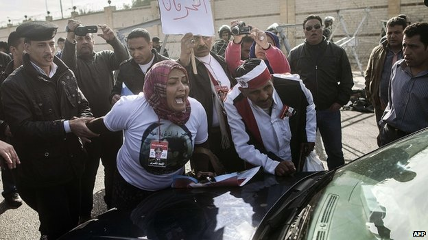 Morsi protesters attack his defence team's car outside the Cairo court (1 February 2014)