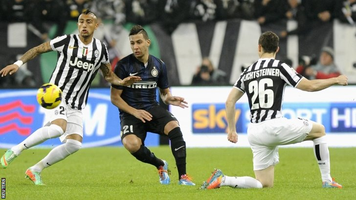 Arturo Vidal (L) and Stephan Lichtsteiner