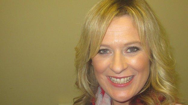 Cegin Yvonne Evans, o sofa Prynhawn Da ac un o bobl tywydd S4C oedd hwn.