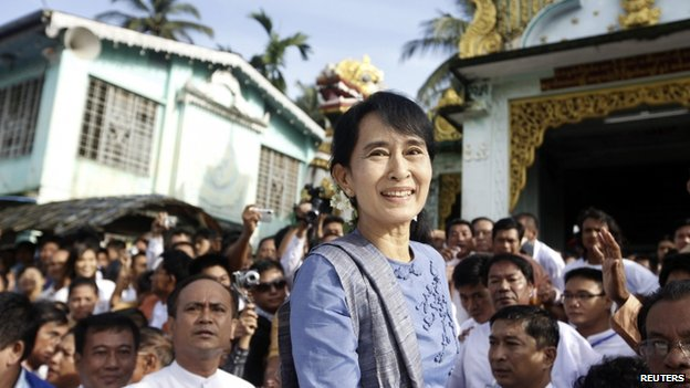 File photo: Aung San Suu Kyi smiles at supporters before leaving Shwemawdaw Pagoda at Bago, Burma, 14 August 2011