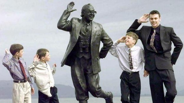 Eric Morecambe's grandchildren pose with his statue in 1999