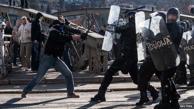 Anti-government protesters clash with police in Sarajevo February 7, 2014