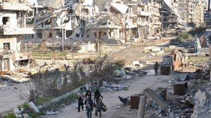 Civilans leave Homs, Syria (9 Feb 2014)
