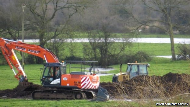 Earth bank at Huntworth being constructed