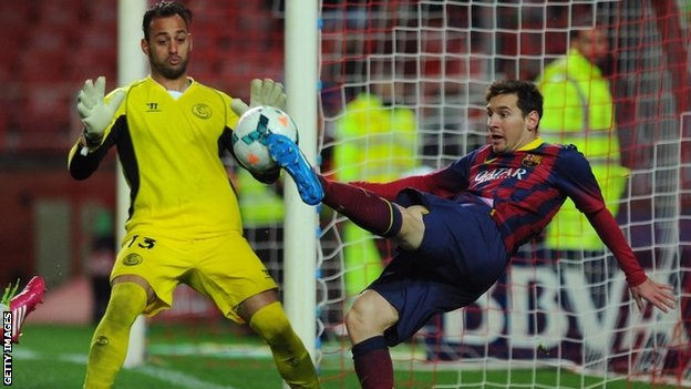 Sevilla's Portuguese goalkeeper Beto (left) vies with Barcelona's Argentinine forward Lionel Messi