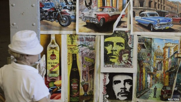 Tourist looks at art works at an artisans' fair in Havana (9 October 2013)