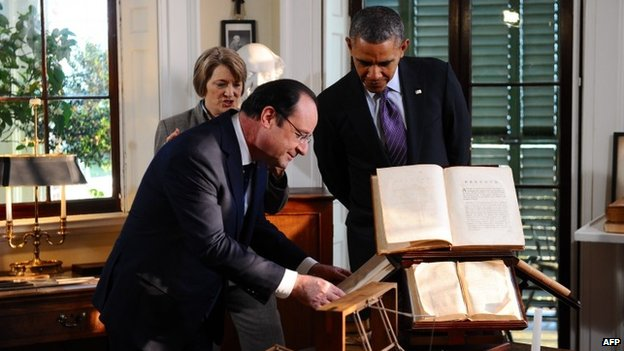 US President Barack Obama (R) and French President Francois Hollande tour the bedroom inside the Virginia residence of Thomas Jefferson in Charlottesville, Virginia 10 February 2014