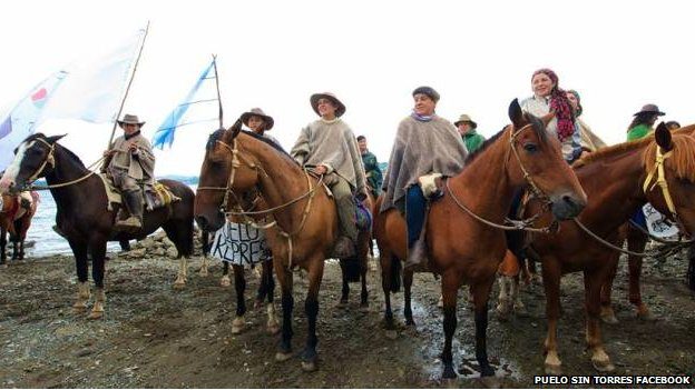 The horseback protest, from the environmental group Puelo Sin Torres.