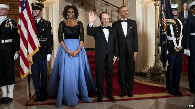 US first lady Michelle Obama (L), French President Francois Hollande (C) and US President Barack Obama pose in front of the Grand Staircase for an official photo before a State Dinner at the White House 11 February 2014