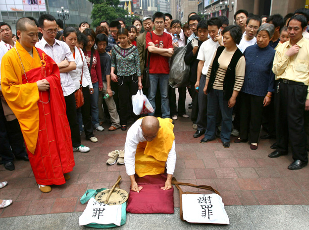 Japanese monk apologising in China