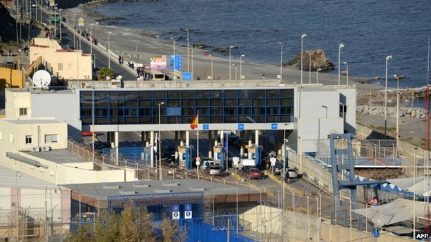 Border crossing between Morocco and Spain's Ceuta enclave (6 February 2014)