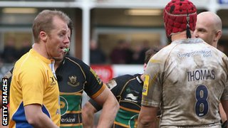 Referee Wayne Barnes dismisses Worcester captain Jonathan Thomas