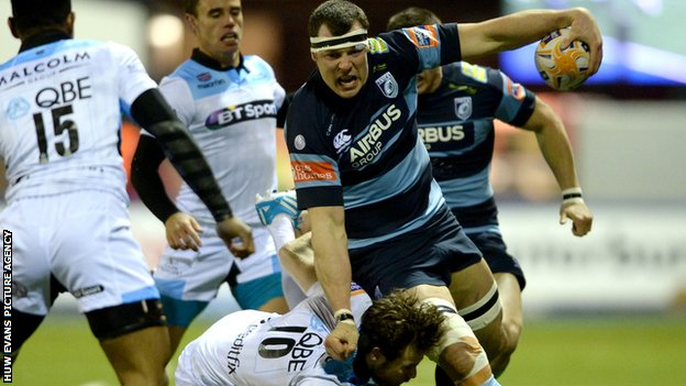 Blues' Robin Copeland holds off Glasgow's Ruaridh Jackson