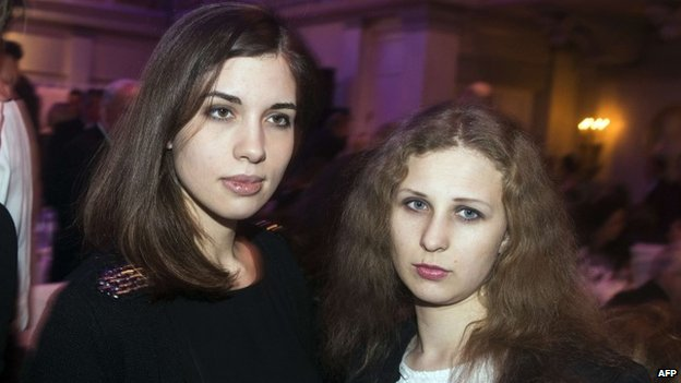 Nadezhda Tolokonnikova (left) and Maria Alyokhina in Berlin (10 February 2014)