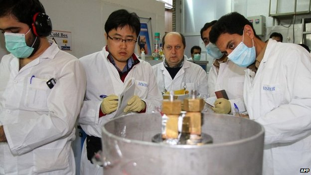 IAEA inspectors verify that connections between centrifuges have been disconnected at the Natanz uranium enrichment facility (20 January 2014)