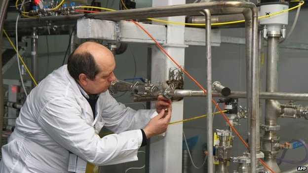IAEA inspectors verify that connections between centrifuge cascades have been disconnected at the Natanz uranium enrichment facility (20 January 2014)