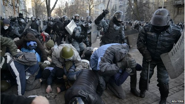 Riot police and protesters in Kiev, Ukraine (18 Feb 2014)