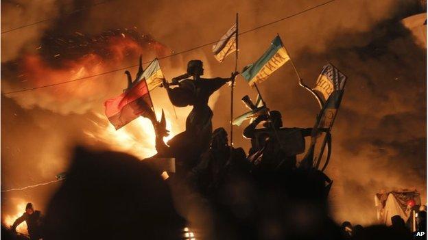 Statues with Ukrainian flags in Kiev (18 Feb 2014)