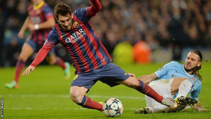 Martin Demichelis fouls Lionel Messi