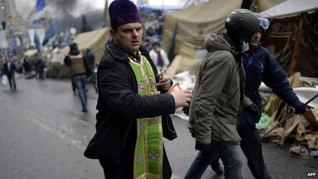Priest rushes to give last sacraments to wounded protester, Kiev (20 Feb)