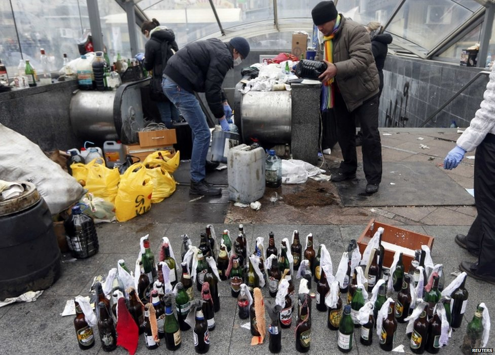 Anti-government protesters prepare Molotov cocktails in Kiev (20 February 2014)
