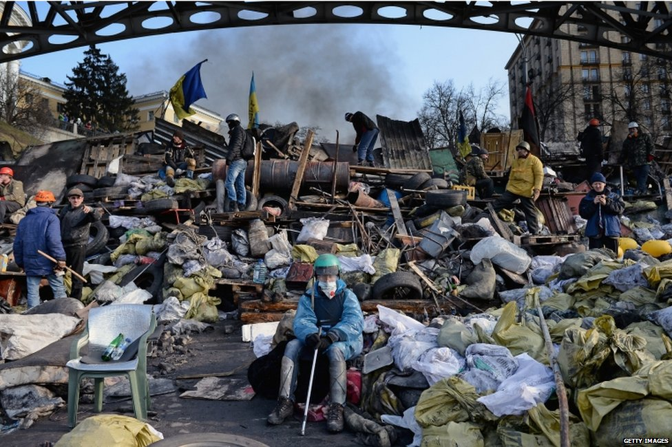 Anti-government protesters rebuild barricades in Kiev (20 February 2014)