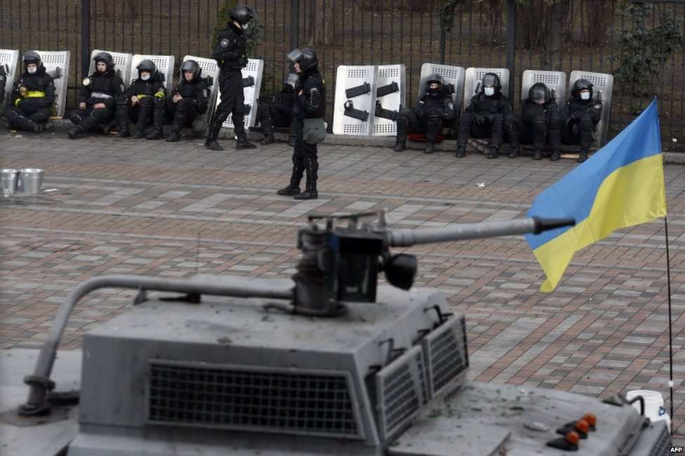 Riot police guard the Ukrainian parliament in Kiev (20 February 2014)