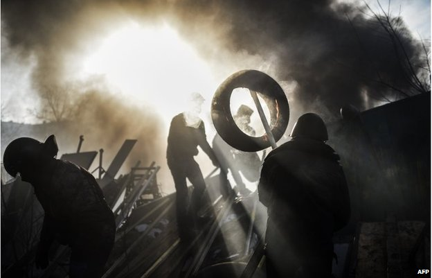 Protesters build a barricade on February 21, 2014 at the Independent square in Kiev.
