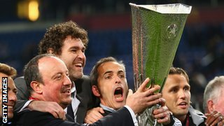 Rafa Benitez holding the Europa League trophy