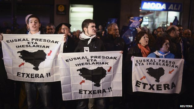 Demonstrators hold up banners calling for the regroupment of ETA prisoners in Basque jails during a march in Bilbao (11 Jan 2014)