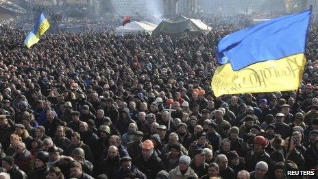 People listen to police officers from Lviv who joined anti-government protesters speaking at a rally in Kiev's Independence Square 21/02/2014